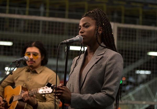 Sabina Ddumba spelar live i Torslandafabriken